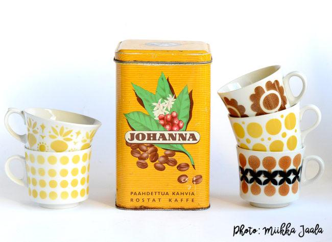 Tässä kuvassa Johanna-kahvikuppi on saanut seurakseen erilaisia väritykseen sopivia Arabian puhalluskoristekuppeja 1960-luvulta.