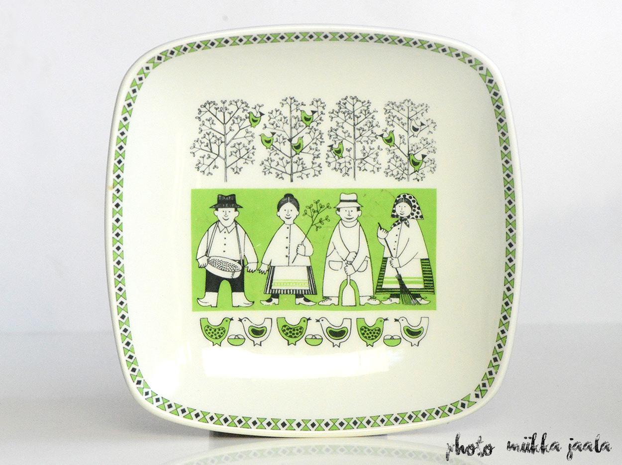 Arabia tilaustyölautanen Kymarno Oy:lle. Raija Uosikkisen koristeleman vuodenaikoja kuvaavan neljän lautasen sarjan ensimmäinen osa on Kevät, vuodelta 1962.