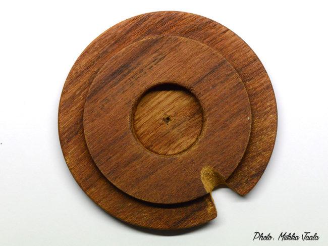Arabia Pomonaan oli saatavilla myös puukansi, joka tässä sisäpuolelta kuvattuna. Ei ole tiedossa, että tämä kansi olisi Arabian valmistama. Kannet myytiin irrallisina ja mahdollisesti joku on tehnyt niihin käsityönä vaihtoehtoisia puukansia.