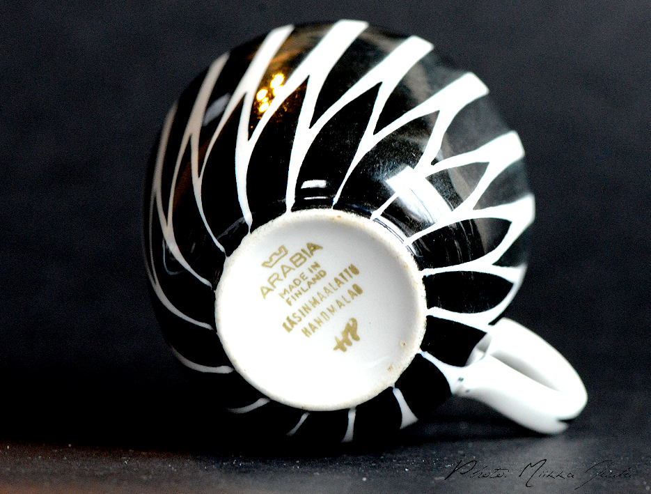 Arabia Toini. Käsinmaalatun kahvikupin pohjalla on Arabian kruunuleima ja maalaajan nimikirjaimet.