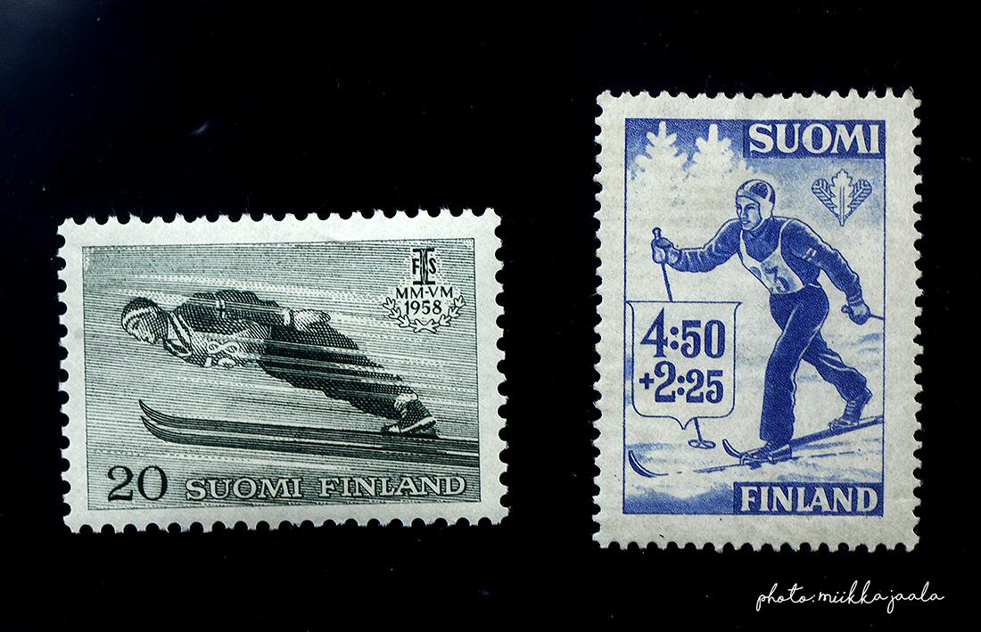 Lahden vuoden 1958 hiihdon MM-kilpailujen 20 markan postimerkki, Lape 489. Kuvasta puuttuu 30 markan merkki. Oikealla puolella urheilumerkki (L.289) vuodelta 1945.