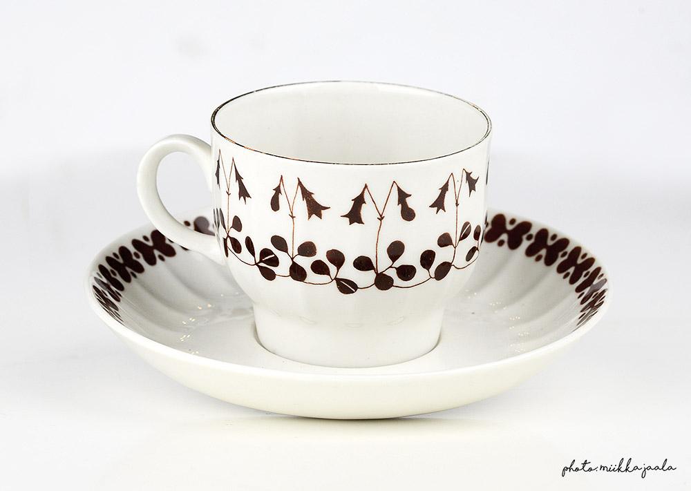 Arabia Vanamo, Esteri Tomula, 1971-1975. Kahvikupin malli on FN, Göran Bäck.