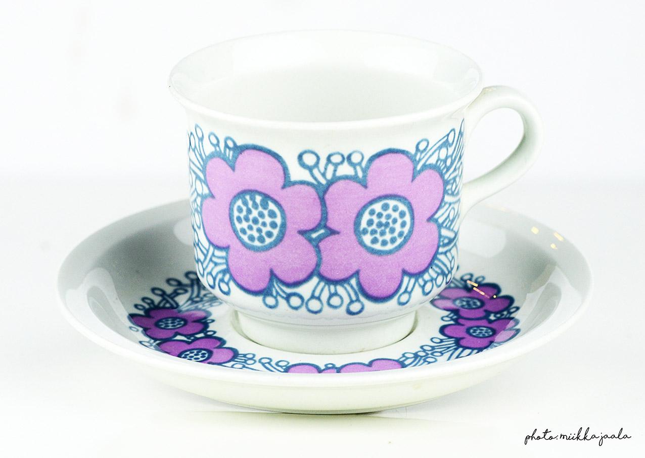 Arabia Violetta, Raija Uosikkinen, 1970-luku. Kahvikupin malli on NE, Ulla Procopé-